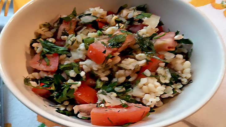 Крупа булгур, польза и вред, рецепт теплого салата, фото