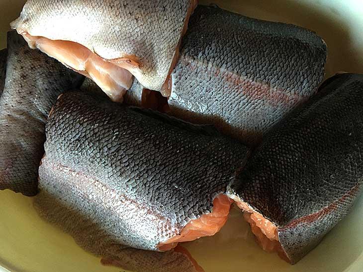 разрезать рыбу на куски