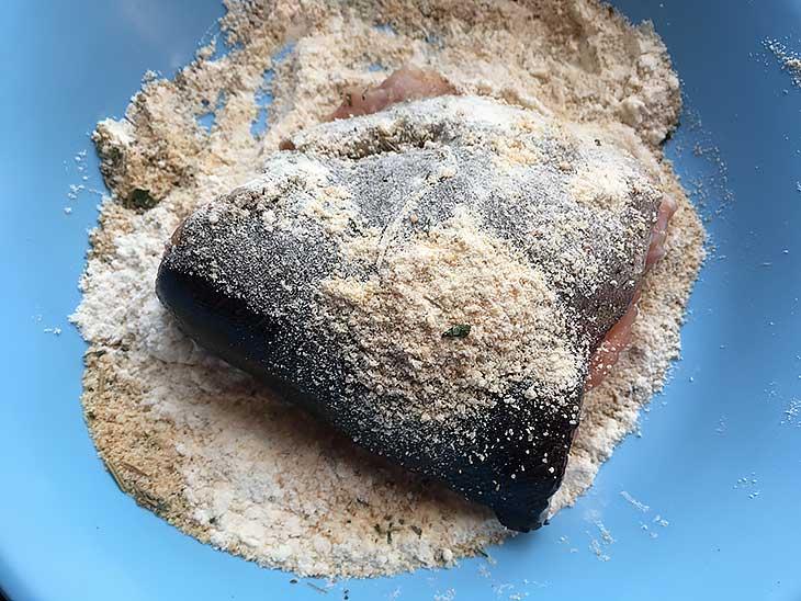 обвалять куски рыбы в панировке