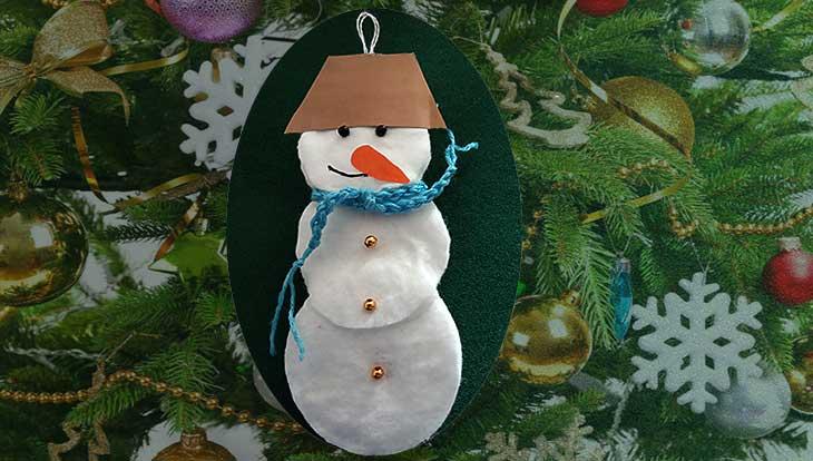 Как сделать снеговика из ватных дисков, пошагово с фото