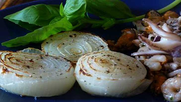 Морепродукты с базиликом и белым луком
