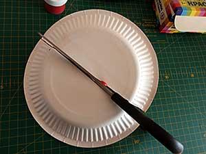 бумажную тарелку разрезаем пополам