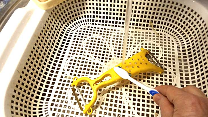 как мыть щеткой